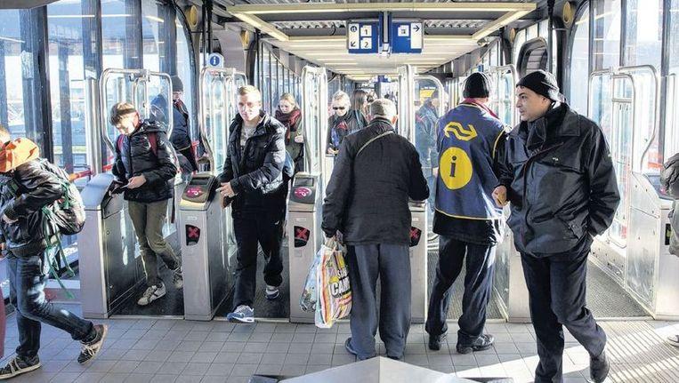 Op station Woerden zijn de ov-poortjes al afgesloten voor niet-reizigers. Eind 2014 geldt dat voor alle stations. Passanten kunnen met een gratis passagekaartje door het station. Beeld Werry Crone