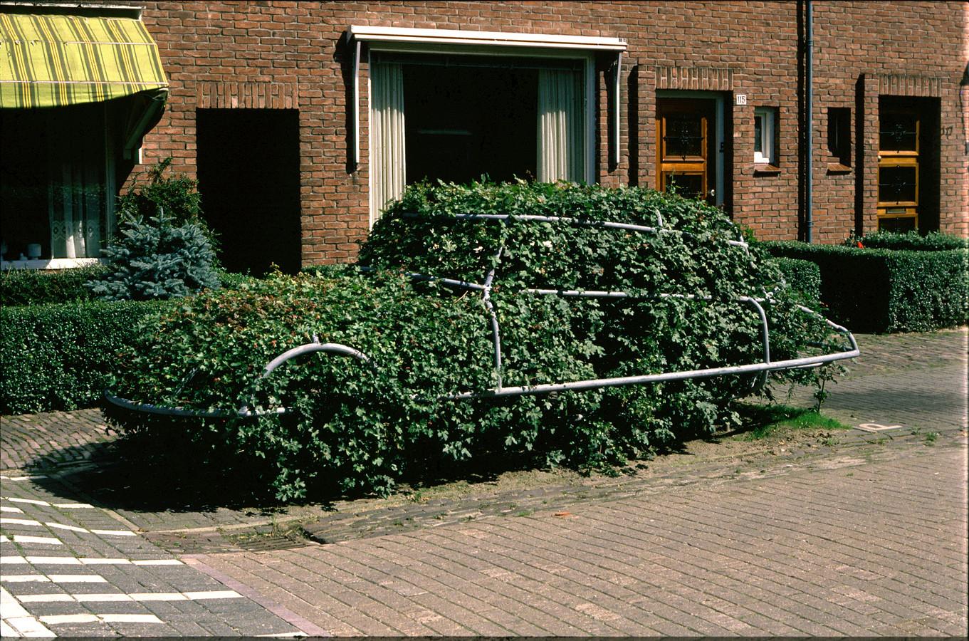 De hegge-auto van Ton Harmsen zoals hij in de jaren tachtig in de Esstraat stond. De Citroën is gemeentelijk kunstbezit en deel van een drieluik, dat verder bestaat uit een Renault 4 en een Kever.