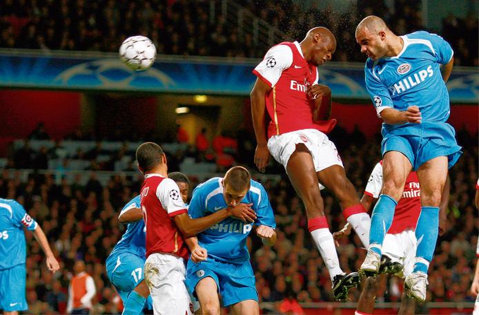 Alex torent boven iedereen uit en zal de 1-1 binnen knikken, waardoor PSV doorgaat naar de kwartfinale.