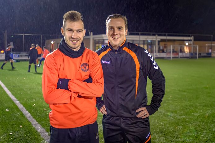 De Roemeense arbeidsmigrant Cristian Glica (l.) samen met Stephan Jonk van SC Welberg. Glica speelt met groot plezier in het tweede team op zondag.