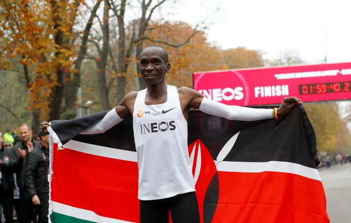 Keniaan Eliud Kipchoge liep voor het eerst in de mensheid een marathon sneller dan twee uur, maar bioloog Midas Dekkers is niet onder de indruk.
