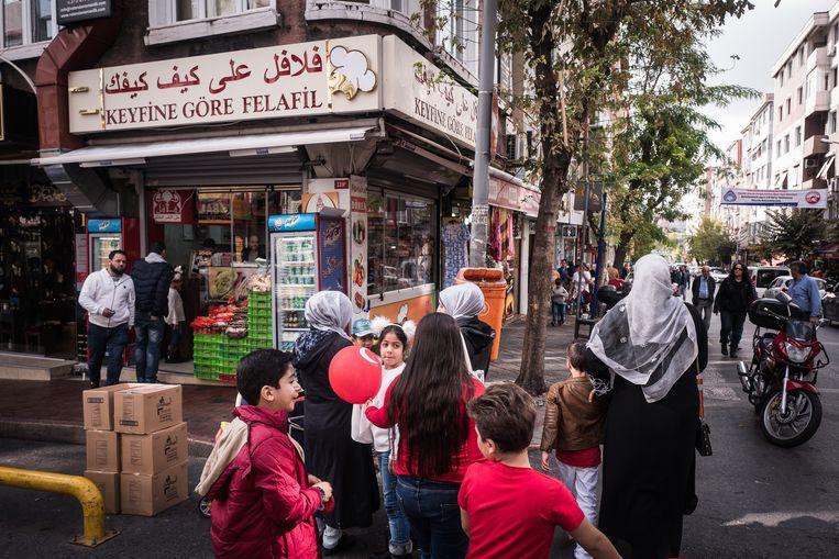 Arabischtalige opschriften bij een Syrisch falafelrestaurant in Fatih.  Beeld Nicola Zolin