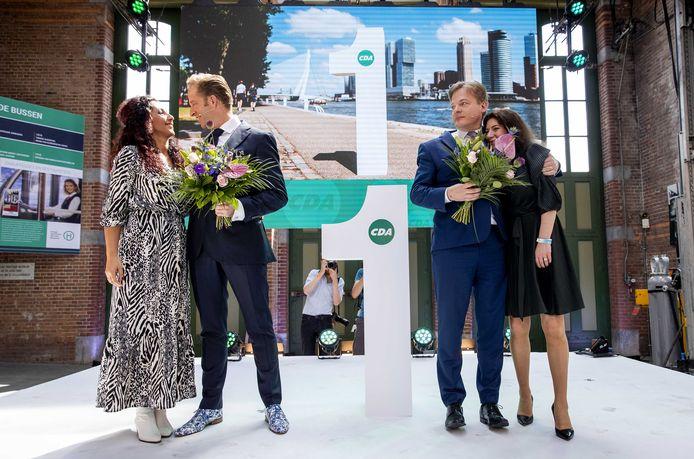 De Jonge en Omtzigt op het podium met hun echtgenotes.