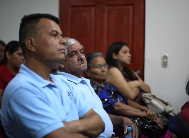 Op de publieke tribune luisteren nabestaanden van de slachtoffers van de moordpartij naar de getuigenis van Bustillo. Beeld EPA