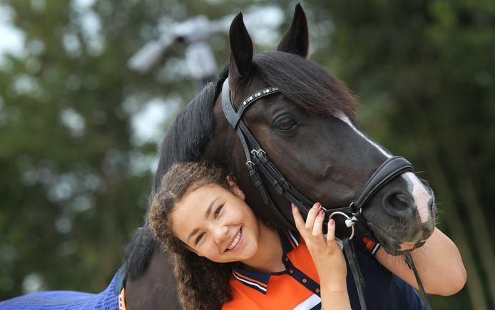 Jill Kempes is blij met haar pony Next Black Magic. Ze gaan samen naar het EK in Hongarije.