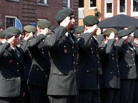 40 militairen Landmacht vol ceremonie beëdigd op Kerkplein in Woerden