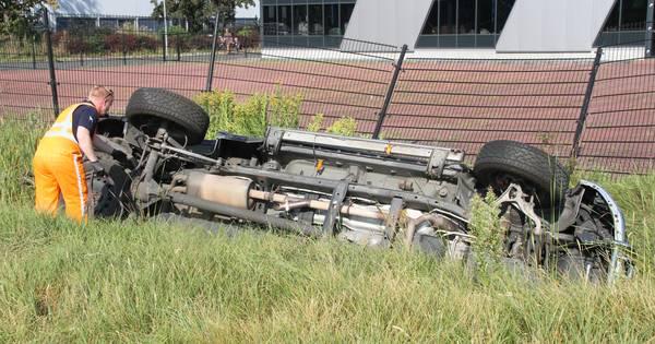 Auto in sloot na ongeluk in Almelo, bestuurder gewond naar ziekenhuis.