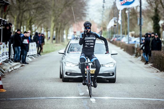 Peter Schulting wint de Omloop van de Houtse Linies (2018), komend weekeinde kan de renner uit Lemele eindelijk fietsen voor zijn nieuwe ploeg VolkerWessels-Merckx.
