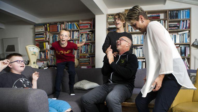 Willem Vissers en zijn gezin, dansend op U2. Het nummer Elevation staat op, van het album All That You Can't Leave Behind, maar hier van een live-opname van een concert uit Ierland waar Willem zelf bij was. Vanaf links: Samuel, Joshua, David, Willem en Bernique. Beeld Marijn Scheeres