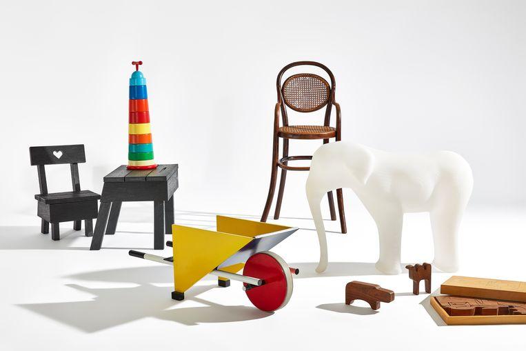Van links naar rechts: bureau en stoel (Ineke Hans), kruiwagen (Gerrit Rietveld), kinderstoel (Michael Thonet), olifant (Richard Hutten). Beeld Stedelijk Museum