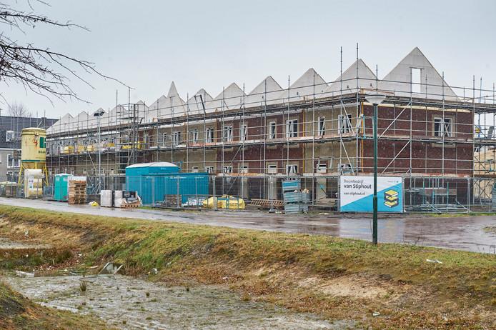 De sociale huurwoningen van Sluitappel Noord in Sint-Oedenrode zijn inmiddels als klaar, maar de afbouw van de wijk is stilgelegd vanwege schadelijke stoffen (PFAS).