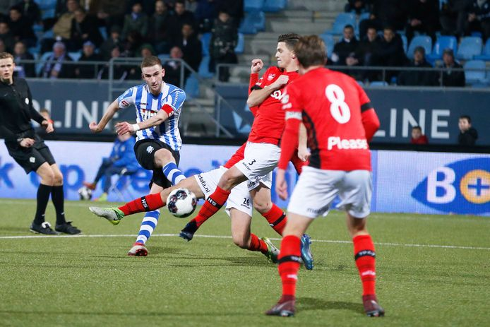 Branco van den Boomen in actie tegen Helmond Sport.