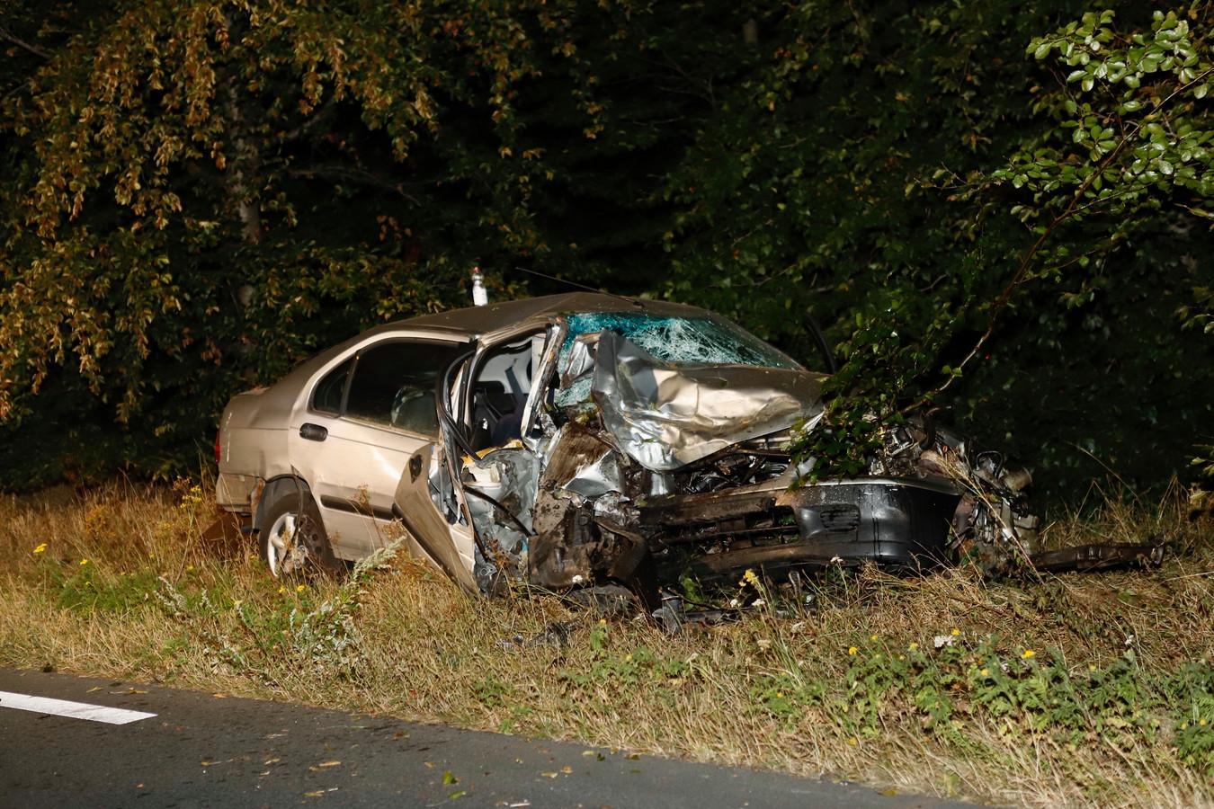 De zwaar beschadigde auto.