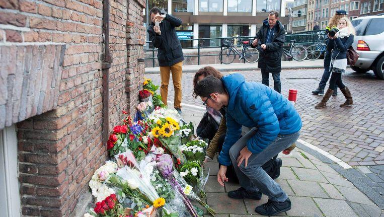 Leerlingen van het Metis Montessori Lyceum leggen bloemen bij het Franse consulaat in Amsterdam. Beeld guillaume Ehrenfeldt