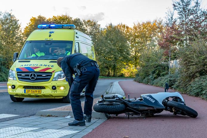 Twee personen ernstig gewond na aanrijding tussen fiets en brommer in Oosterhout.
