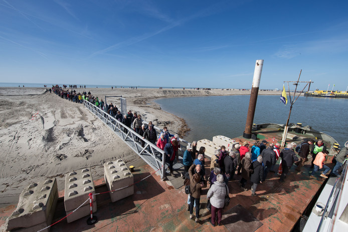 Bezoekers gaan aan boord van een veerboot tijdens een open dag op de Marker Wadden in 2017.