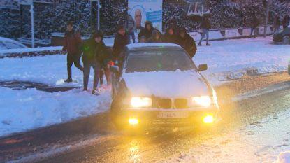 VIDEO. Bestuurder zit vast in de sneeuw in Torhout maar geeft niet op