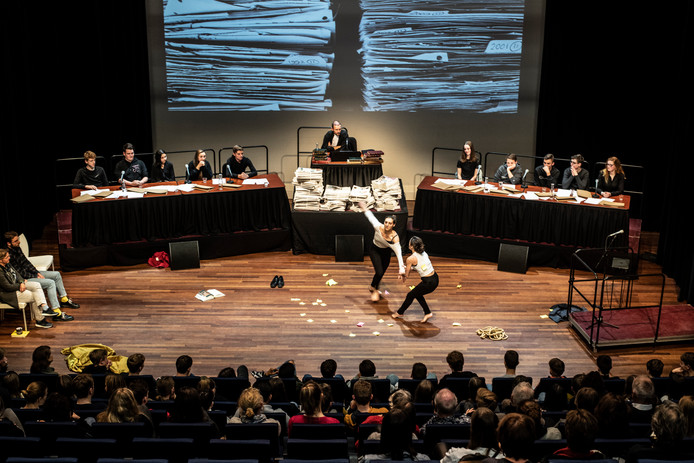 Acteur Huub Smit speelt rechter in Vrijheidstribunaal in Lux 7. Het eerste pleidooi wordt in dans uitgevoerd door danscollectief Arnhemse Meisjes (foto).