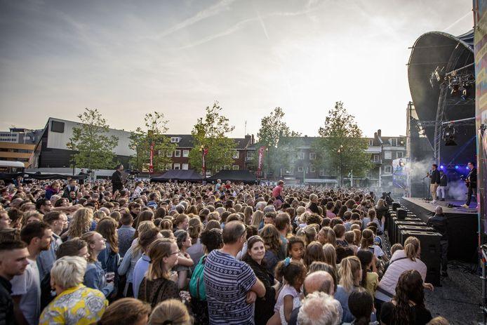 Nielson op een vol marktplein in Hengelo.
