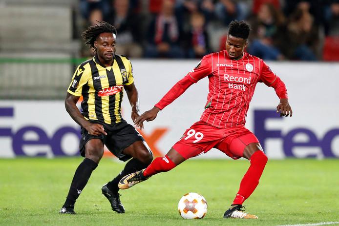 Zulte-spits Peter Olayinka (rechts) in duel met Fankaty Dabo van Vitesse.