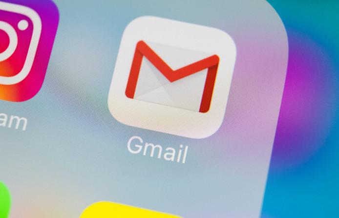 Het logo van de app van Gmail op een telefoon.