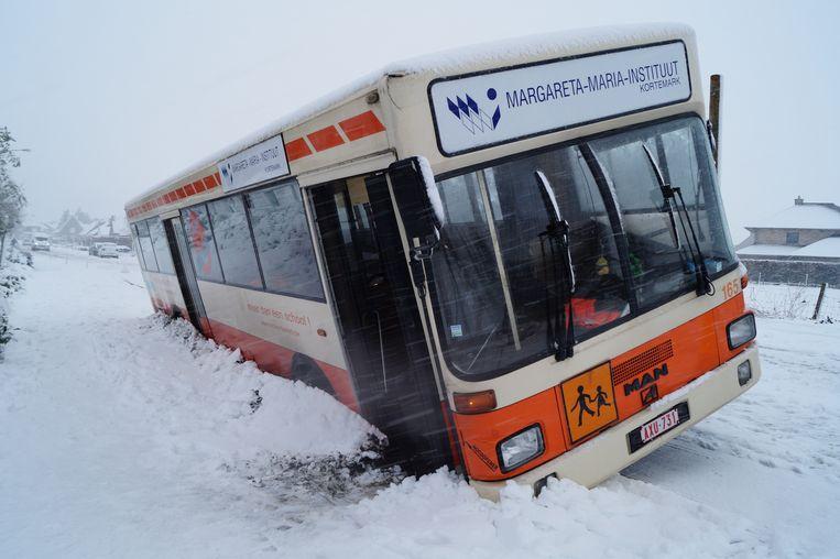 In de Stationsstraat in Gits kwam een schoolbus in de gracht terecht.