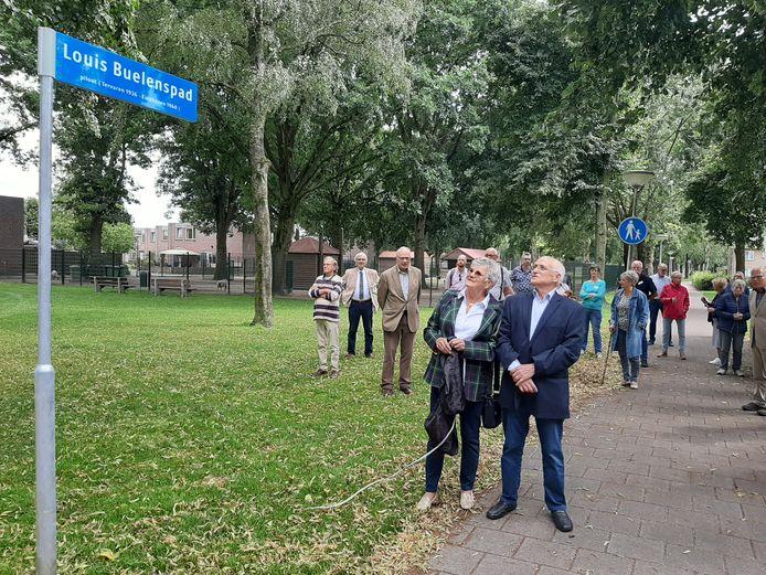 Ria van den Baar en Karel Buelens hebben in het Amandelpark in Vaartbroek in Eindhoven het naambordje van het Louis Buelenspad onthuld.