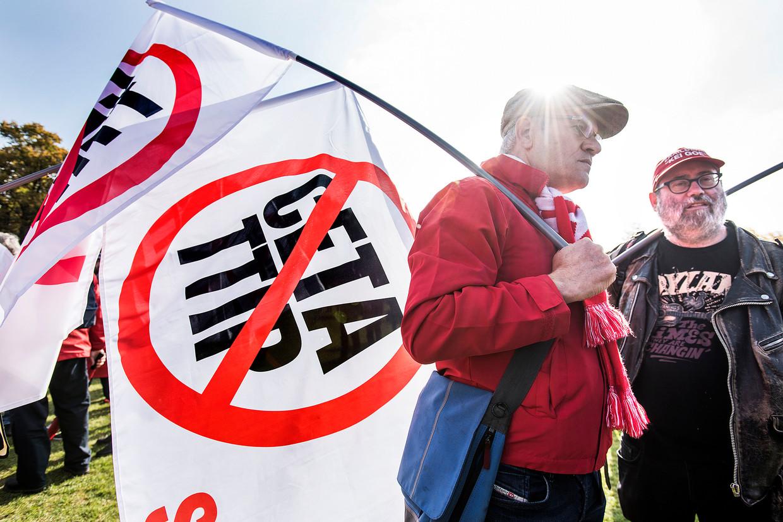 Maatschappelijke organisaties demonstreren in Amsterdam tegen handelsverdragen, zoals Ceta. Beeld Guus Dubbelman / de Volkskrant
