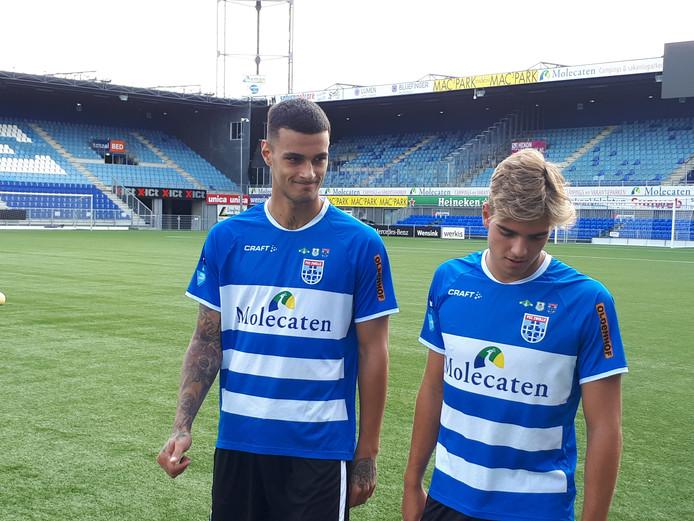 Gianluca Scamacca (links) krijgt rugnummer 10 bij PEC Zwolle. Alessandro Tripaldelli (rechts) kiest voor 3.