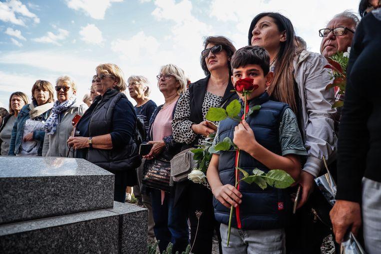 Mensen verzamelen zich aan het graf van Aznavour, na zijn begrafenisceremonie.