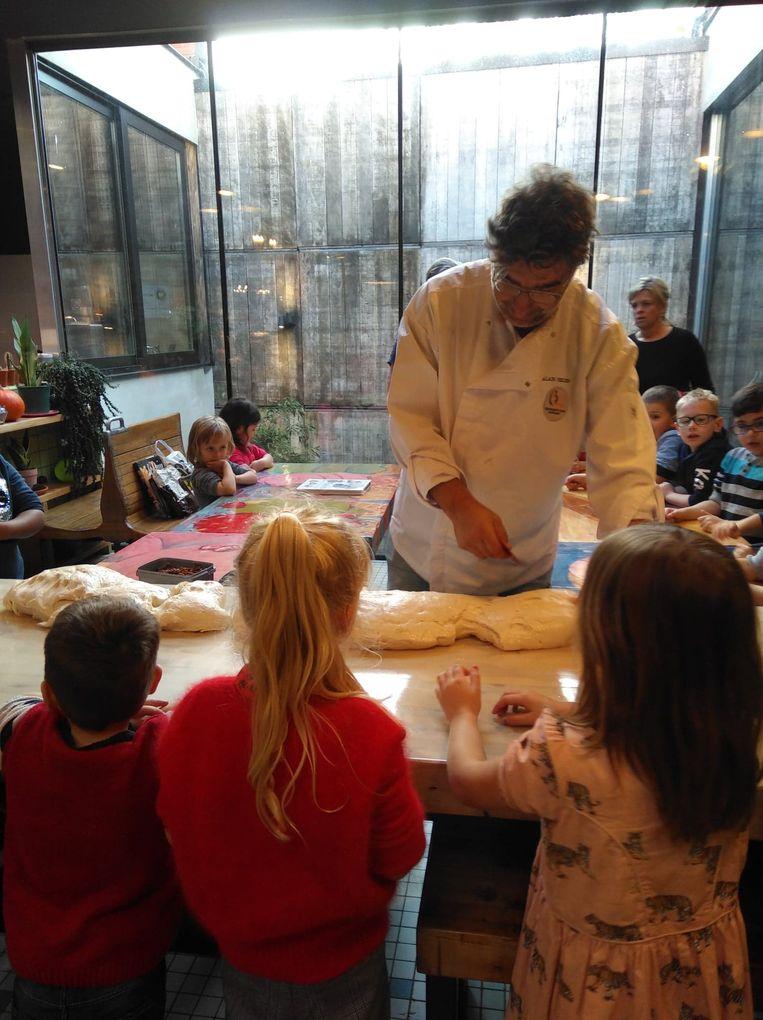 De derde kleuterklas bakt samen met Patrick Van Caeckenbergh in bakkerij Verleysen in Aalst.