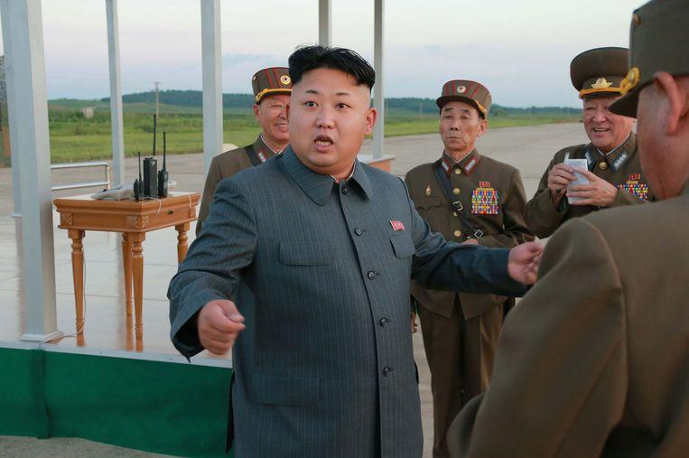 De Noord-Koreaanse leider Kim Jong-un inspecteert op 28 augustus een landingsbaan voor parachutisten op een onbekende locatie. Beeld afp