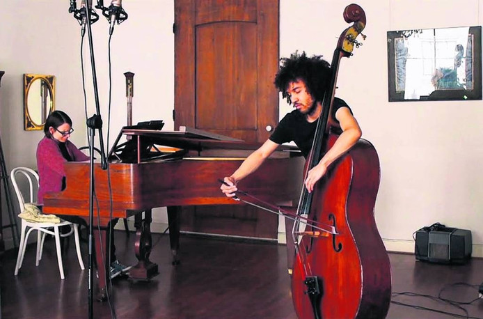 Andra Vasi (piano) en James Oesi (contrabas).