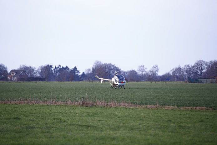 Deze helikopter landde in een weiland in Emst.