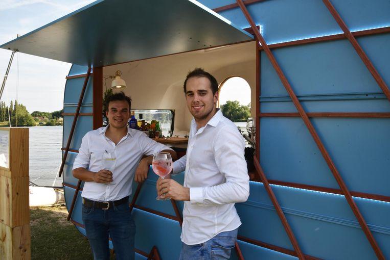 Nelson en Jacob bij hun Gin Mobiel.