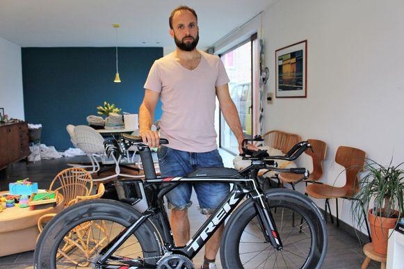 Bram Lammens met zijn fiets. Hij ontsnapte aan zware verwondingen.
