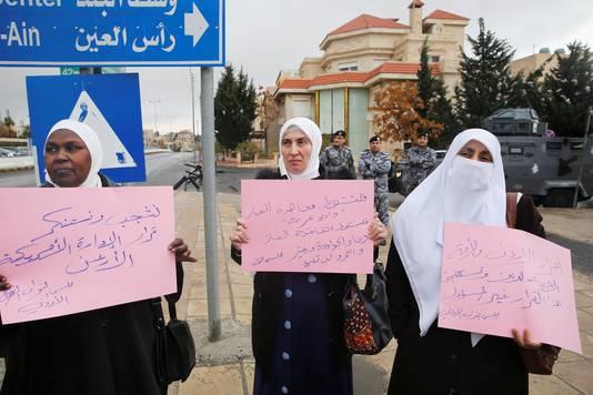 Demonstranten bij de Amerikaanse ambassade in Jordanië.