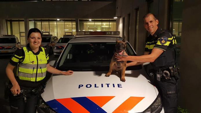 Bouke met baasje Patrick en collega Eva na afloop van zijn eerste dienst bij de politie.