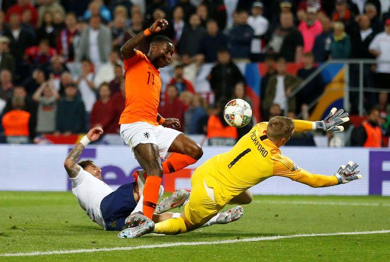 Kyle Walker van Engeland maakt een eigen goal: 2-1. Beeld  Reuters