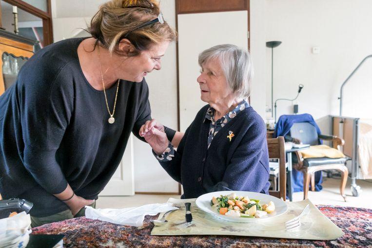 Thuiszorg medewerkster Marijke maakt een praatje met een dementerende vrouw van 97 jaar.  Beeld Hollandse Hoogte / Hans van Rhoo