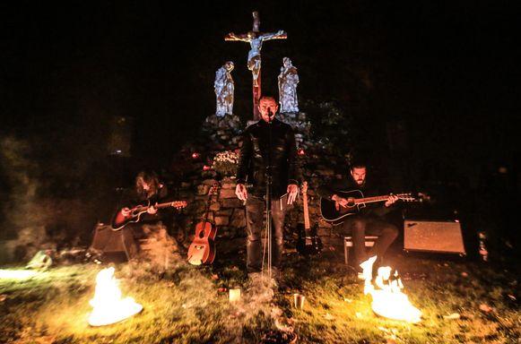 Amenra brengt niet alleen snoeiharde optredens, de band speelt ook akoestische sets, zoals hier op een kerkhof in Kortrijk ter gelegenheid van Reveil.