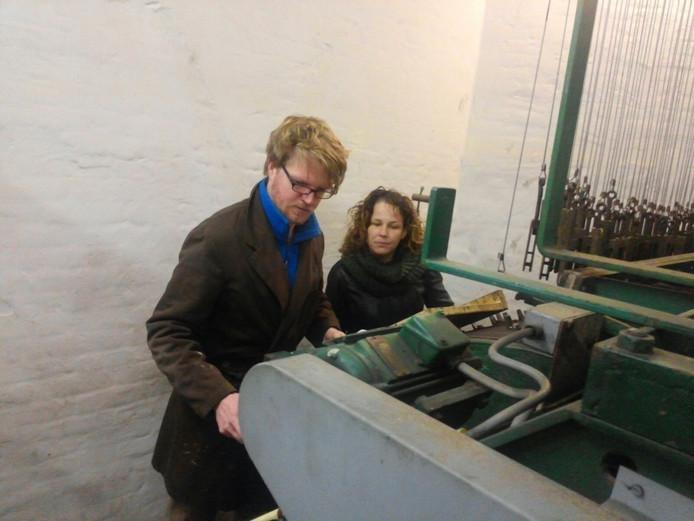 Caroline Admiraal kijkt toe bij het carillon.