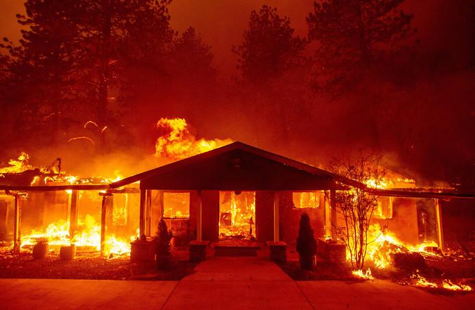 Een huis in Paradise gaat geheel in vlammen op