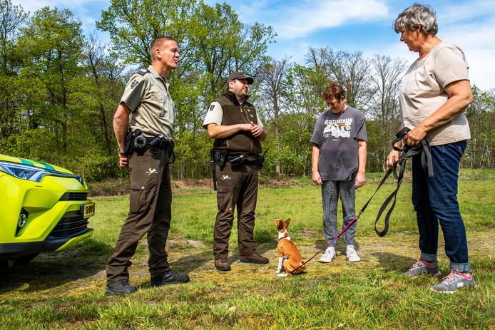 Addy de Borst en Amel Kadic spreken wandelaars met een hond aan op Landgoed Beerschoten. Daar geldt een aanlijnplicht vanwege de broedtijd.
