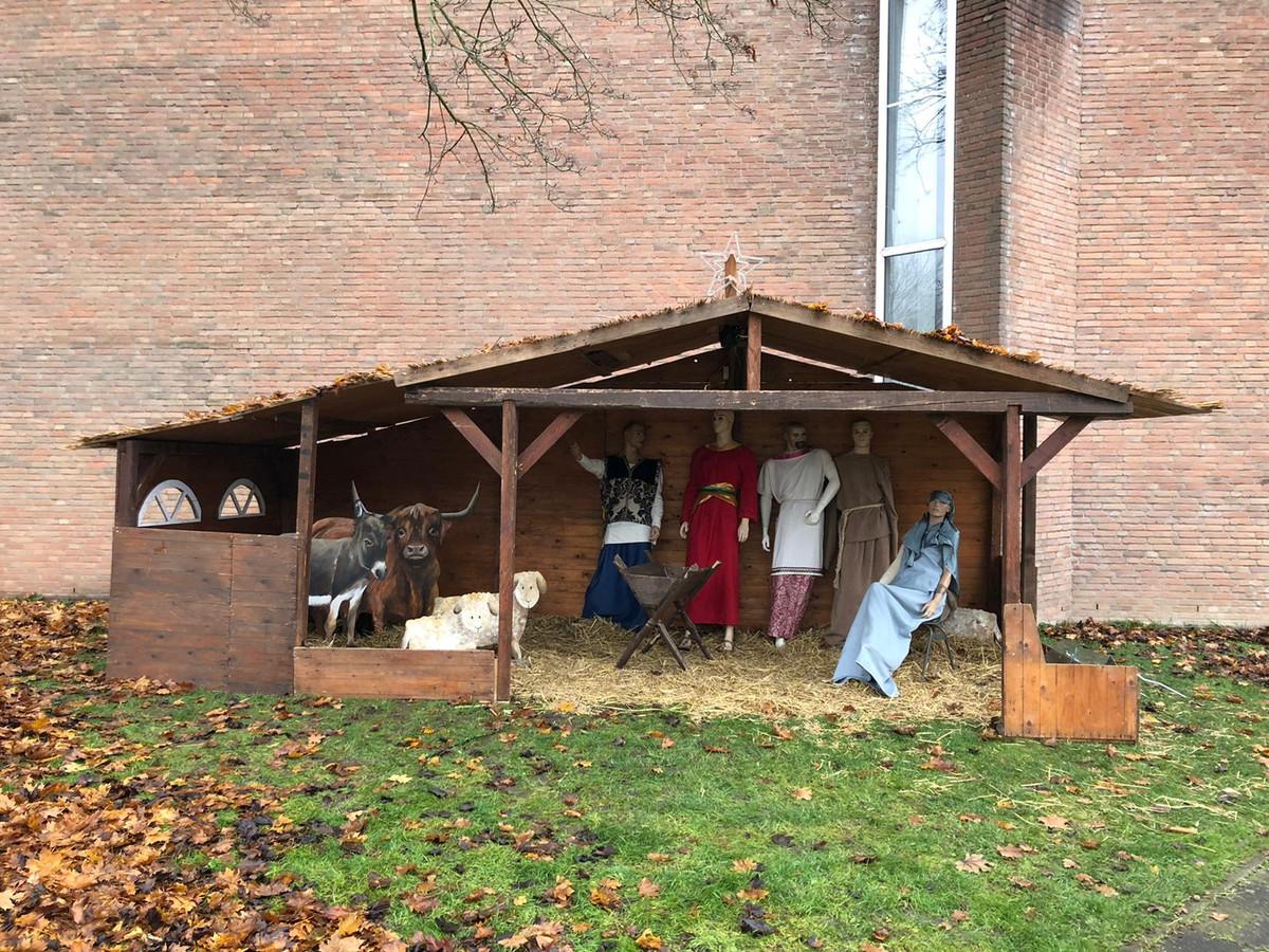 De kerststal in Dubbeldam is na de vernielingen weer in ere hersteld, op tijd voor de lichtjestocht.