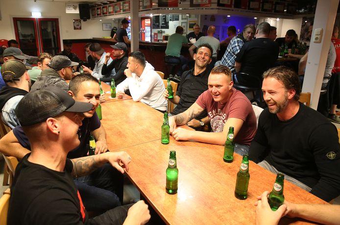 Gezellige drukte bij De Gazelle na de training op donderdagavond. Trainer Joost ter Stege (zwarte trui, rechts) drinkt een pilsje met zijn ploeg.