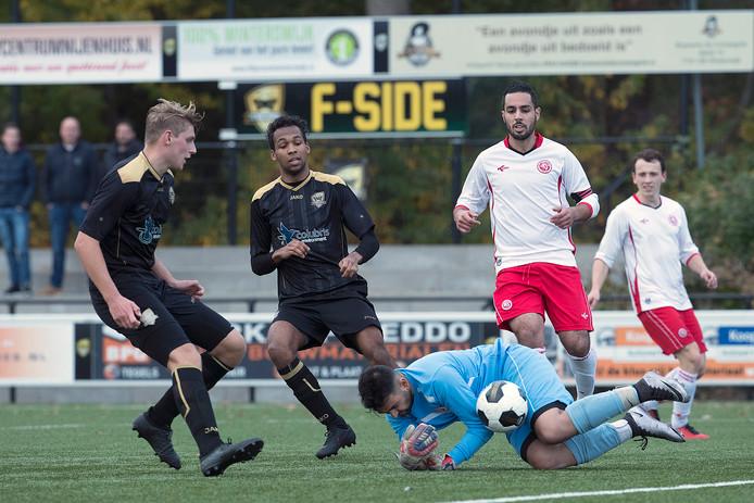 Babberich-doelman Sinan Bagci laat de bal los tegen FC Winterswijk, eerder dit seizoen toen de Liemerse club nog actief was in de tweede klasse I.