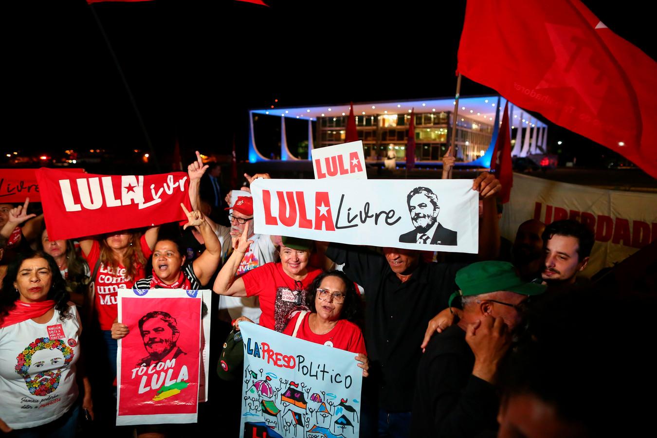Aanhangers van Lula vieren de uitspraak van het Hooggerechtshof in de Braziliaanse hoofdstad Brasília.