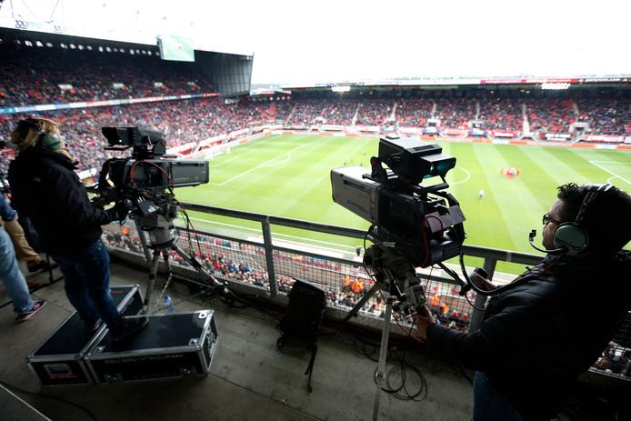 De camera's van FoxSports registreren een eredivisiewedstrijd in de Grolsch Veste.