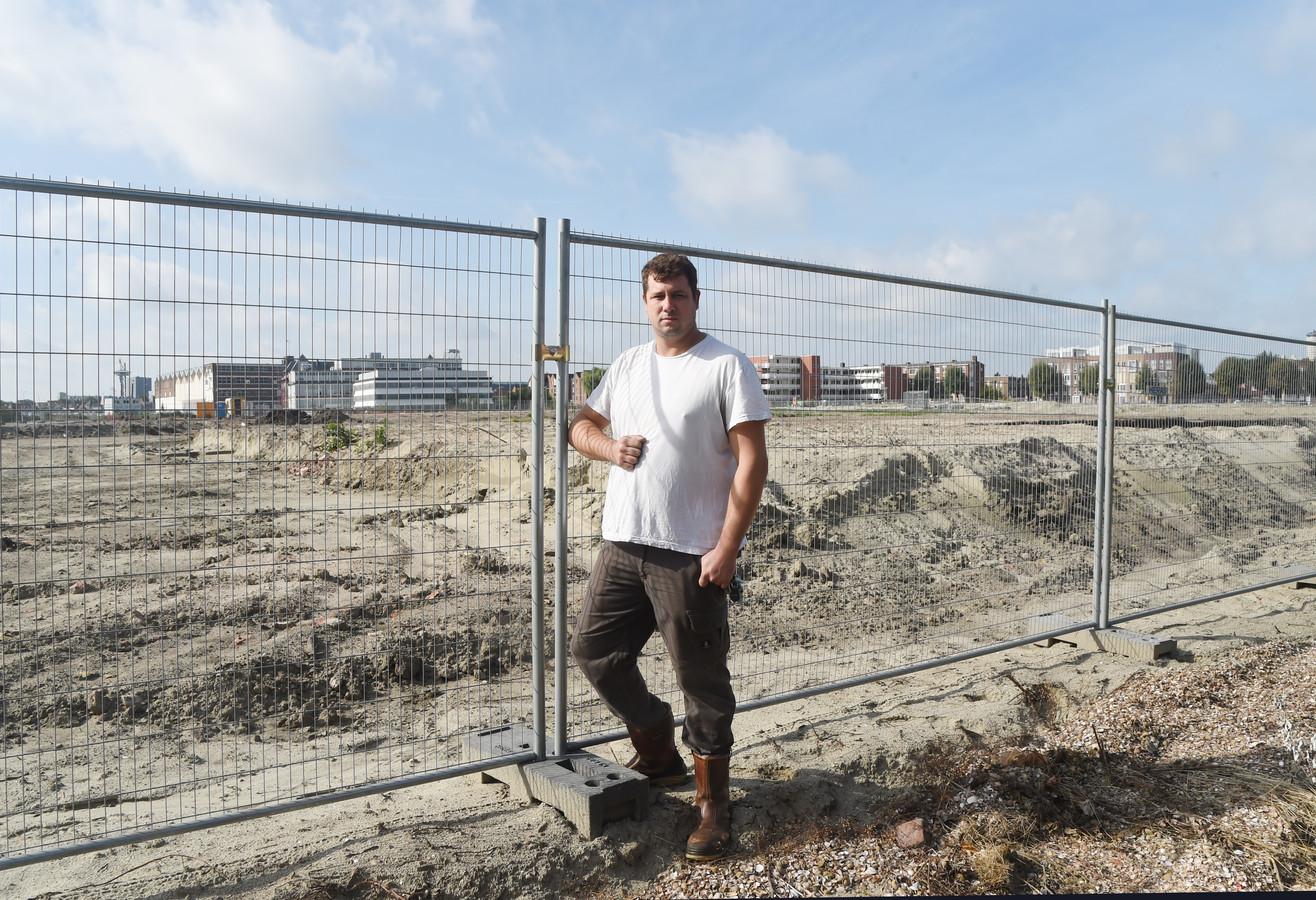 Dominique Vos achter zijn woning bij het stuk grond bij de zandvlakte die de komende jaren tot Scheldewijk uitgroeit.